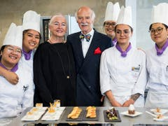 Irma Dütsch und Anton Mosimann umringt von Studentinnen des Kochlabors. (Bild: KEYSTONE/JEAN-CHRISTOPHE BOTT)