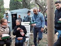 Zum Abschied besorgt Cécile Gretler (2. v. links) Poulet vom Take-away für 24 Flüchtlinge – ein «Festessen». (Bild: Cécile Gretler)