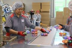 In einem letzten Schritt werden die Eier für den Transport in den Detailhandel vorbereitet.