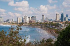 Von der Hafenstadt Jaffa aus bietet sich ein spektakulärer Blick auf die Skyline und die Strandpromenade Tel Avivs. (Bilder: Evelyne Fischer)