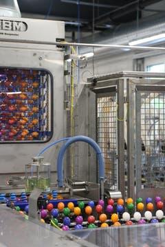 Gleich nach dem Färbeprozess führt die Reise in den Kühlkanal (hinten).