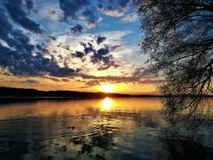 Wunderbar farbenprächtiger Sonnenuntergang am Sempachersee. (Bid: Urs Gutfleisch, Sempach, 18. April 2019)