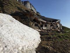 Ein Gebäude bei der Alp Weesen wurde vom Schnee zerstört. (Bild: Johannes Mock)
