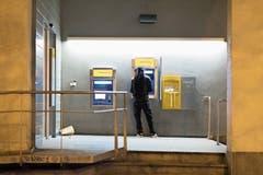 Bargeldbezug am Postomaten: Sowohl die Postfinance als auch das schrumpfende Kerngeschäft, die Briefpost, bereiten dem Konzern Probleme. (Bild: Petra Orosz/Keystone (Zürich, 29. März 2017))