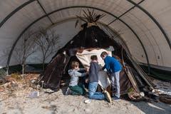 Schüler aus Wauwil, die beim neuen Teil der Ausstellung, einem Zelt eines Nomadenvolkes, die Felle bemalen dürfen.