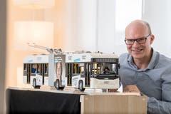 Jules Läubli mit dem Legobus in seiner Massagepraxis in Küssnacht. (Bild: Nadia Schärli, Küssnacht, 7. März 2019)