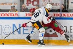 Zugs Carl Klingberg (vorne) blockt Lausannes Petteri Lindbohm.(Bild: Pascal Müller / Freshfocus, Lausanne, 2. April 2019)
