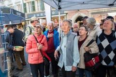 Eine Gruppe Leserinnen und Leser im Bann des Glücksrades. (Bild: Eveline Beerkircher, Luzern, 20. April 2019)