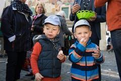 Doppelt beisst besser: Die Zwillinge Lias und Lon Bolliger geniessen ein Ei.(Bild: Eveline Beerkircher, Luzern, 20. April 2019)