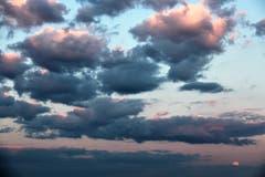 Spezielle Wolkenstimmung mit Vollmond, beobachtet am Karfreitag. (Bild: Josef Habermacher, Diegenstal, 20. April 2019)