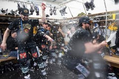 Die Spieler feiern in der Garderobe. (Bild: Marcel Bieri / Keystone)