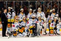 Enttäuschung bei Zugs Spielern und Staff nach dem Spiel. (Bild: Pascal Müller / Freshfocus)