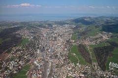 St. Gallen aus der Vogelperspektive. Das Bild ist während eines Gleitschirmflugs vom Kronberg über St. Gallen mit Landung in Stein entstanden. (Bild: Frank Holthuis)