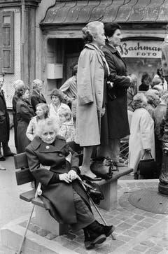 Zwei Frauen stehen 1983 ausserhalb des Rings auf einer Sitzbank, um das Geschehen an der Landsgemeinde von Appenzell Innerrhoden besser beobachten zu können, aufgenommen im April 1983. (Bild: Keystone/Str)