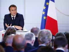 Der französische Präsident Emmanuel Macron kündigte neue Reformen an und stellte sich den Fragen der Journalisten. (Bild: KEYSTONE/EPA/IAN LANGSDON)