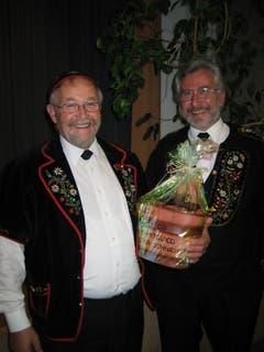 Der wiedergewählte Obmann Sepp Barmettler der Unterwaldner Jodlervereinigung(recht) mit dem neu gewählten Ehrenmitglied Hanspeter Schnider. (Bild: PD, Kägiswil, 9. November 2008)