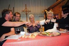 Die Älplergesellschaft Buochs feiert ihr 150-Jahr-Jubiläum unter anderem mit dem Aufführen alter Sprüche. Mit dabei (von links) bei einer Schnupfszene: Klaus Achermann, Seppi Risi, Margrit Felber, Sepp Barmettler, Claudia Barmettler. (Bild: Rosmarie Berlinger, 21. April 2012)