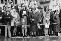 27. April 1980: Frauen stehen ausserhalb des Rings und beobachten den Verlauf der Landsgemeinde von Appenzell Innerrhoden. Sie waren noch nicht stimmberechtigt. (Bild: Keystone/Str)