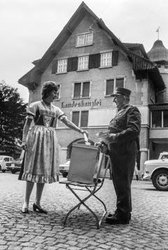 Novum in der Schweiz: 1971 sind erstmals Frauen berechtigt, an eidgenössischen Wahlen teilzunehmen. Eine Appenzellerin wirft als erste Frau der Schweiz vor der Kanzlei im Hauptort Appenzell ihren Stimmzettel in die Urne. (Bild: Keystone/Paul Foschini)