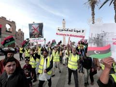Einwohner von Tripolis protestieren in gelben Westen gegen den Versuch des abtrünnigen Generals Chalifa Haftar, die Hauptstadt Tripolis zu erobern. (Bild vom 19. April) (Bild: KEYSTONE/AP/HAZEM AHMED)