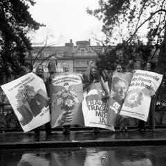 «Den Frauen zu liebe – ein männlcihes JA»: Befürworterinnen des Frauenstimmrechts posieren am 26. Januar im Vorfeld der nationalen Abstimmung vom 7. Februar 1971 zum Frauenstimmrecht auf Bundesebene mit Ja-Plakaten in Zürich. (Bild: Keystone/Str)