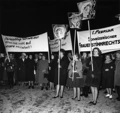 «Der einsichtige Schweizer verzichtet nicht auf unsere Mitarbeit!»: Ein friedlicher Demonstrationszug von Frauen auf dem Lindenhof in Zürich am 1. Februar 1962. (Bild: Keystone/Str)