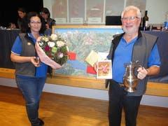 Tourismuspreisträger 2019 Maya Chanti und Ehren-Tourismuspreisträger Sepp Barmettler an der GV Tourismus Buochs-Ennetbürgen. (Bild: Ruedi Wechsler, 19. März 2019)