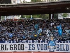 Die Zürcher Südkurve erwies dem verstorbenen ehemaligen FCZ-Keeper Karl Grob mit einer Choreografie die Ehre (Bild: KEYSTONE/ENNIO LEANZA)
