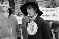 «Wenn Männerfäuste sich erheben, kann das Menschenrecht nie leben»: Am 1. März 1969 beteiligten sich über 5000 Frauen und Männer am «Marsch auf Bern», um für das Frauenstimmrecht zu demonstrieren. (Bild Joe Widmer/Keystone)