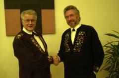 Sepp Barmettler (rechts) übernimmt das Amt als Obmann der Unterwaldner Jodlervereinigung von Zeno WOlf. (Bild: Josef Reinhard, 29. November 2002)