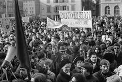 «Pantoffelhelden rächten sich an der Urne»: Am 1. März 1969 beteiligten sich über 5000 Frauen und Männer am «Marsch auf Bern», um für das Frauenstimmrecht zu demonstrieren. (Bild Joe Widmer/Keystone)