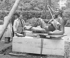 Der Carl-Spitteler-Quai wurde 1940 mit der Skulptur «Die Liegende» aufgewertet. Links im Bild der Künstler Roland Duss. (Bild: Otto Pfeifer, 1940/2a/Kunstgegenstände)