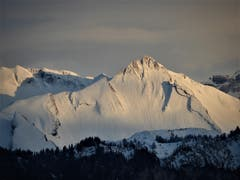 Die letzten Sonnenstrahlen am tiefverschneiten Brisen (Bild: Margrith Imhof-Röthlin, Meggen, 26. April 2019)