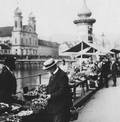Carl Spitteler beim Einkaufen am Luzerner Wochenmarkt im Jahr 1922, im Hintergrund die Jesuitenkirche. (Bild: Nachlass Carl Spitteler, Schweizerisches Literaturarchiv, Bern)