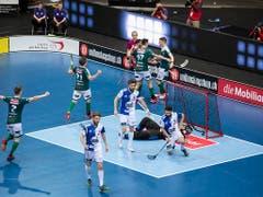 Die Spieler von Wiler-Ersigen bejubeln einen Treffer (Bild: KEYSTONE/ENNIO LEANZA)