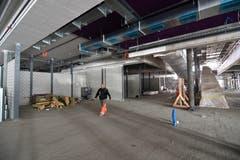 Die Rolltreppe, die vom Obergeschoss ins Erdgeschoss führt. In die Nische links kommt der Kiosk hin.
