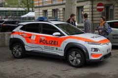 Eine öffentliche Premiere: Das erste E-Polizeiauto der Kantonspolizei St.Gallen.