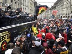 SCB-Spieler lassen sich in den Berner Altstadtgassen von den Fans feiern. (Bild: Keystone/ANTHONY ANEX)