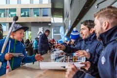 Die EVZ-Spieler Lino Martschini (rechts) und Raphael Diaz während der Autogrammstunde.