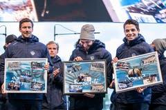 Die EVZ-Spieler Tobias Stephan, Sandro Aeschlimann und Reto Suri (von links) mit ihren Abschiedsgeschenken.