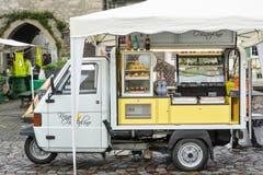 Auf umgebauten Piaggios werden Gemüse, Glaces, Kaffee , Holzwaren etc angeboten. (Bild: Donato Caspari)