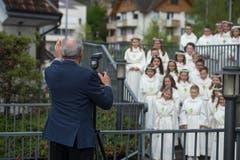 «Rückt noch etwas näher zusammen.» Der Fotograf der Pfarrei schiesst noch ein Foto der Drittklässler vor dem Einzug in die Kirche. Bild: Dominik Wunderli (Eschenbach, 28. April 2019)
