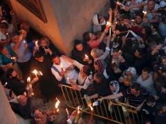In Jerusalem kamen nach Polizeiangaben vom Sonntag 10'000 Menschen in die Grabeskirche. (Bild: KEYSTONE/EPA/ATEF SAFADI)