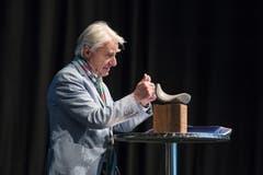 Emil Steinberger freut sich über das Kunstobjekt aus geöltem Nussholz und einem Findlings-Stein von Saskya Germann, das Teil des Preises ist. (Bild: Pius Amrein, Luzern, 29. April 2019)
