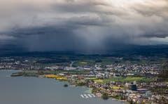 Hier ist eine Regenwolke im Anmarsch. (Bild: Daniel Hegglin, Zugerberg, 28. April 2019)