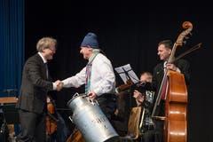 Emil Steinberger bedankt sich bei Ludwig Wicki, der mit einem Ensemble des 21st Century Orchestra die Preisübergabe musikalisch umrahmte. (Bild: Pius Amrein, Luzern, 29. April 2019)