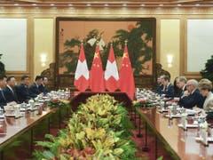 Die Häufigkeit der gegenseitigen Besuche befinde sich auf einem «historischen Höhepunkt», sagte Maurer im Anschluss an das Treffen mit Xi Jinping. (Bild: Keystone/AP Pool Kyodo News/MADOKA IKEGAMI)