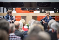 Tagblatt-Chefredaktor Stefan Schmid im Gespräch mit Bundesrätin Karin Keller-Sutter.