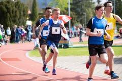Laurin Grau vom TV Cham (Nummer 9) beim 1000-Meter-Lauf. (Bild: Roger Zbinden, Cham, 27. April 2019)