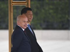 Bundespräsident Ueli Maurer zusammen mit dem chinesischen Präsidenten vor der Unterzeichnung einer Absichtserklärung im Zusammenhang mit dem chinesischen Grossprojekt «Neue Seidenstrasse». (Bild: Keystone/EPA/MADOKA IKEGAMI / POOL)